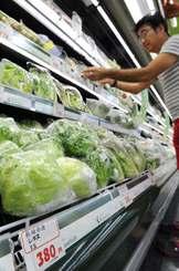 高値の野菜が並ぶスーパー=4日、那覇市内