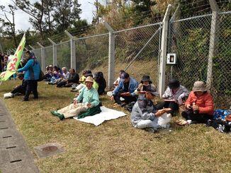 集会が始まる前には、参加者が弁当を広げる光景も見られた