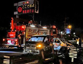 多重事故で車が大破した現場=15日午後9時ごろ、沖縄自動車道の金武町屋嘉インター近く