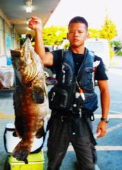 安謝海岸で90センチ、12・5キロのアーラミーバイを釣った具志堅翔さん=9月1日