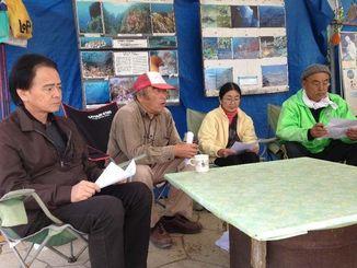 記者会見で警視庁機動隊の撤退などを訴える安次富浩共同代表(左から2人目)ら=13日、名護市辺野古のテント村