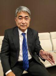 訪米を前に、インタビューに応じる屋良朝博衆院議員=1月1日、東京都大田区