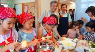 昼食をつくる子どもたちの様子を見る翁長雄志知事(中央)=浦添市仲間、市立うらそえぐすく児童センター