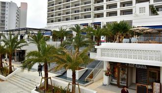 色を基調として建物、南国風の植栽でリゾート感を演出した「オキナワ ハナサキマルシェ」