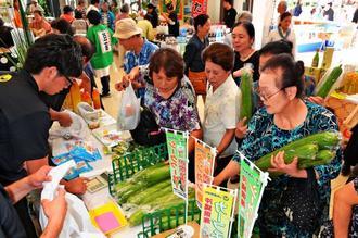 大宜味村自慢の特産品が並び、多くの来場者でにぎわった即売会場=2日、那覇市久茂地・タイムスビル