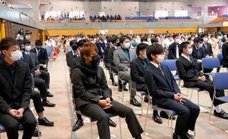 成人式に参加した沖縄市の新成人。ことしは会場を変更し、1階と2階に分かれて参加した=10日、沖縄市体育館