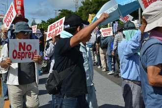 辺野古新基地反対の声をあげる市民ら=21日午前10時ごろ、キャンプ・シュワブゲート前