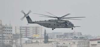 飛行訓練を実施するCH53E大型輸送ヘリ=9日午後2時すぎ、宜野湾市・普天間飛行場