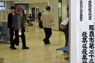 投票所に入る有権者ら=14日、那覇市役所