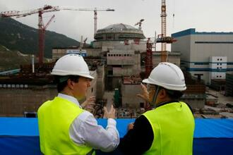 中国広東省で建設中の台山原発と関係者ら=2013年10月(AP=共同)