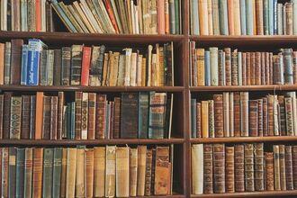 図書館の本棚(フリー素材ぱくたそ www.pakutaso.com)