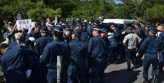 東村の県道70号上で抗議する市民らを排除する警察機動隊=31日午前9時10分ごろ