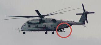銃を外に向けて低空飛行するCH53Eヘリ=9日、東村宮城(宮城秋乃さん提供)