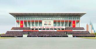 13日、北朝鮮の金正恩総書記が「細胞書記大会」の参加者らと撮影した記念写真。14日付の労働新聞が掲載した(コリアメディア提供・共同)