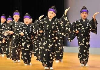 「浜千鳥」を披露する藤の会新崎恵子練場の子どもたち=1日、那覇市久茂地・タイムスホール