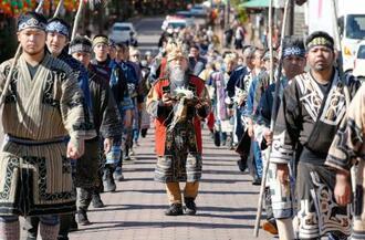 自然への感謝をささげるアイヌ民族の儀式で、阿寒湖までマリモを運ぶエカシ(中央)=10日午前、北海道釧路市
