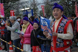辺野古新基地に反対し、シュプレヒコールする参加者=2月21日午後3時半すぎ、国会議事堂前