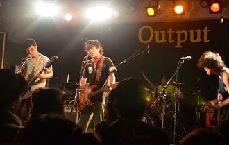 アウトプット会場のオープニングアクトを務めた県出身バンド「奢る舞けん茜」=2017年3月、那覇市・同ライブハウス