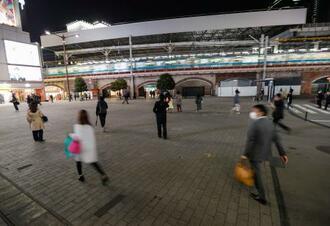 人通りの少ないJR新橋駅前=8日午後7時3分
