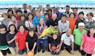 103歳ボウラーの前原信光さん(前列左から5人目)とマンデーダブルスリーグのメンバー=17日、北谷町桑江・北谷ボウル