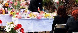 遺棄現場の祭壇に花を手向ける遺族=30日、恩納村安富祖