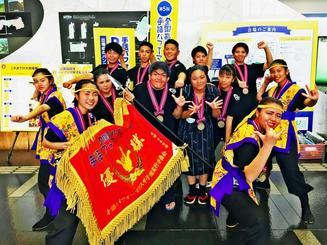 全国高校生手話パフォーマンス甲子園で初優勝した真和志高校の生徒たち=7日、鳥取県米子市(提供)
