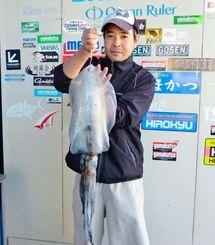 17日、伊計漁港で2・52キロのシルイチャーを釣った野原朝之さん。エギ3・5号レインボー