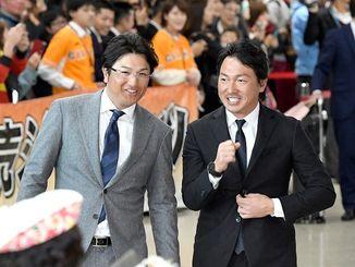 春季キャンプのため沖縄入りしたジャイアンツの高橋由伸監督(左)と長野久義外野手=13日午前、那覇空港到着ロビー