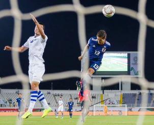 サッカーのアジア・カップ、ウズベキスタン戦の前半、ヘディングで同点ゴールを決める武藤(右)=17日、アルアイン(共同)