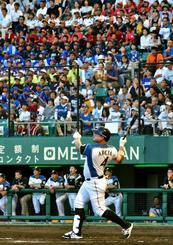 初回に先制の3点本塁打を放つ日本ハムのオズワルド・アルシア選手=26日午後、沖縄セルラースタジアム那覇(金城健太撮影)