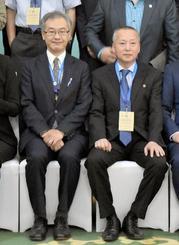 記念撮影で隣に座った外務省の志水史雄アジア大洋州局参事官(左)と北朝鮮のキム・ヨングク軍縮平和研究所所長=14日、ウランバートル(共同)