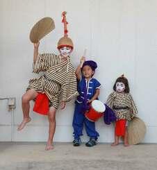 ハロウィーン用の仮装として津波三味線店で人気を集めているチョンダラーの衣装セット(津波三味線店提供)