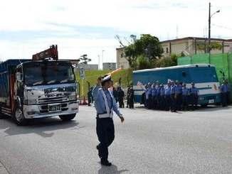 機動隊が新基地建設に抗議する市民を排除した後、続々と米軍キャンプ・シュワブに入るトラックなど=名護市