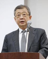 記者会見するLIXILグループの潮田洋一郎取締役会長兼CEO=18日午後、東京都港区
