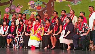 ハワイ沖縄連合会の2018年の幹部・役員ら。前列中央の琉装の女性が高良会長