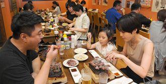 店内は安いステーキを求めて家族連れなど観光客らで大盛況=16日午後、那覇市松山・やっぱりステーキ