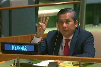 2月26日の国連総会で、独裁への抵抗を示す3本指を掲げたミャンマーのチョー・モー・トゥン国連大使=米ニューヨーク(ロイター=共同)