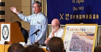 日本外国特派員協会で行われた翁長雄志知事の記者会見。右は会場に掲示された沖縄タイムスの紙面=20日午後、東京・有楽町