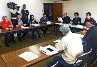 県民投票不参加の5市への法的対応を話し合う「辺野古」県民投票の会と市民ら=19日、那覇市