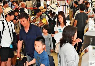 大型連休を沖縄で過ごした観光客らで混み合う那覇空港=6日午後4時15分