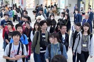那覇空港に到着した「笑顔と感動 KOBE夢・未来号・沖縄」の児童ら=6日、那覇空港到着ロビー