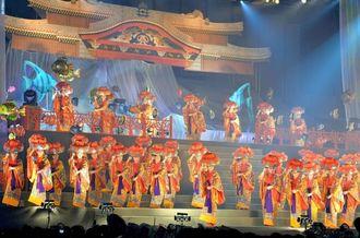 華やかな衣装で観客を魅了した「四つ竹大群舞」=25日午後、宜野湾市・沖縄コンベンションセンター展示棟