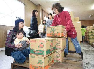 沖縄バヤリースの清涼飲料水をまとめ買いする人たちでにぎわったガレージセール=27日午前、南城市大里古堅
