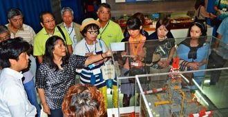シンガポールの物流産業の歴史と現状について説明を聞く海外市場視察団のメンバー=7日、シンガポール・「マリタイムギャラリー」