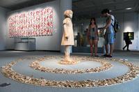 沖縄戦の地・摩文仁から、アートで平和発信 美術家ら22人作品展示 「マブニ・ピースプロジェクト」開幕