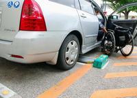 身障者用スペースにまさかのバリア 那覇中央郵便局駐車場、ロック装置で車いす横付けできず
