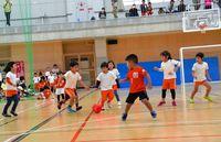 ボール蹴り 笑顔はじける/園児の迫力プレーに歓声/北中城 キッズサッカー