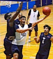 西地区準決勝の大阪戦に向け、実戦形式の練習に励むキングスの選手=宜野湾市立体育館