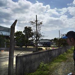 住宅地に残されたフェンスの支柱(2014年、写真・石川竜一)