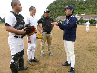 映画「沖縄を変えた男」のロケに臨むゴリさん(右)と岸本司監督(右から2人目)ら=22日午前、大宜味村・辺土名高校